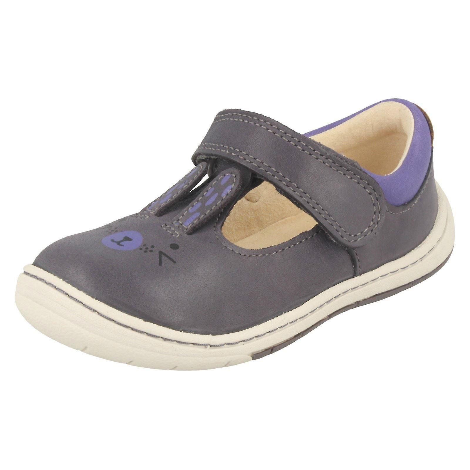 Mädchen erste Clarks Schuhe mit Kaninchen zu entwerfen Amelio Glo