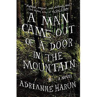 Um homem saiu de uma porta na montanha