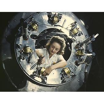 Une femme assemble pièce du capot pour l'un des moteurs pour un bombardier B-25 1942 Poster Print par Stocktrek Images