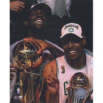 Kevin Garnett & Paul Pierce omgång sex 2008 NBA-finalerna med troféer hyllning #31 sport foto (8 x 10)