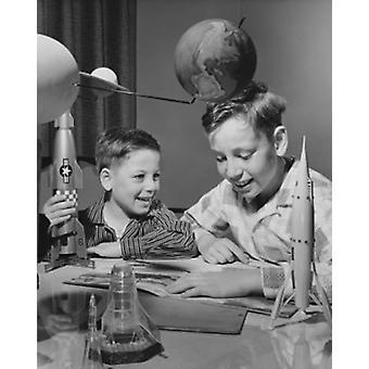 Twee jongens maken model raketten Poster Print