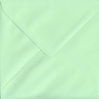 Mintgrön gummerat 155mm fyrkantig färgade gröna kuvert. 100gsm FSC hållbart papper. 155 mm x 155 mm. bankir stil kuvert.