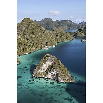 石灰岩の島を囲むラグーン Raja Ampat ポスター印刷のリモート部分で