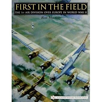 Primeiramente no campo: a 1a Divisão de ar sobre Europa em WWII (história militar de Schiffer)