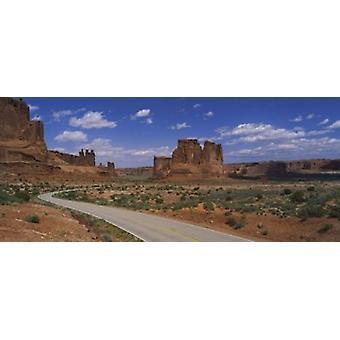 Tom väg kör genom en nationalparken Arches National Park Utah USA affisch Skriv