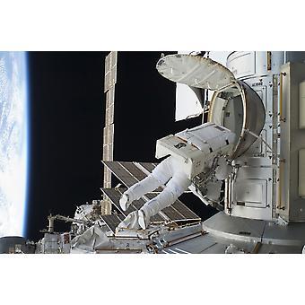 12 luglio 2011 - astronauta egresses il Quest airlock sulla stazione spaziale internazionale Poster stampa