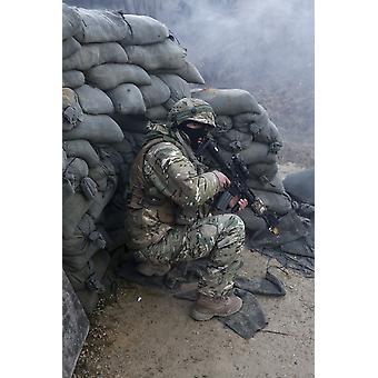 19. Februar 2014 - geht A Georgisch Soldat in Deckung während des Empfangs simulierten Brand während einer Mission Probe Übung bei der Joint Multinational Readiness Center in Hohenfels Deutschland Poster Print