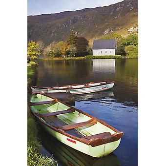 St Finbarres veltalenhet og robåter på kysten av Gougane Barra Lake i Gougane Barra Forest Park County Cork Republikken Irland PosterPrint