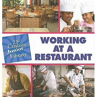 Arbetar på en restaurang (21st Century JR bibliotek: karriärer)
