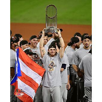 Josh Reddick mit dem World Series Championship Trophy Spiel 7 der amerikanischen Baseballmeisterschaft von 2017 Fotodruck