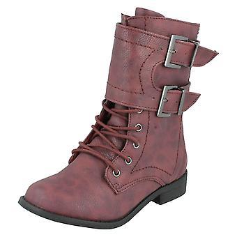 軍事的なスタイルのブーツの女の子スポット
