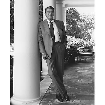 Foto restaurada digitalmente del Presidente Ronald Reagan de pie fuera de la impresión del cartel de casa blanca