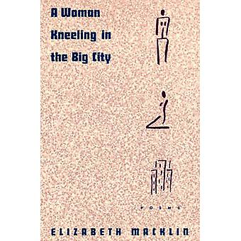 Uma mulher de joelhos nos poemas cidade grande Macklin & Elizabeth