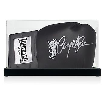 Nigel Benn signé noir gant de boxe en vitrine