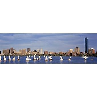 Stati Uniti d'AMERICA Massachusetts Boston Charles River vista delle barche su un fiume da una città Poster stampa