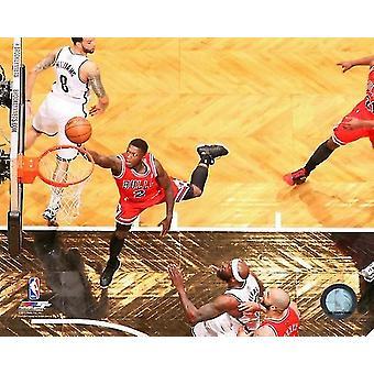 Nate Robinsion #2 av Chicago Bulls skyter en layup mot Brooklyn garn i spillet to av den østlige konferansen kvartfinalen fotoutskrift