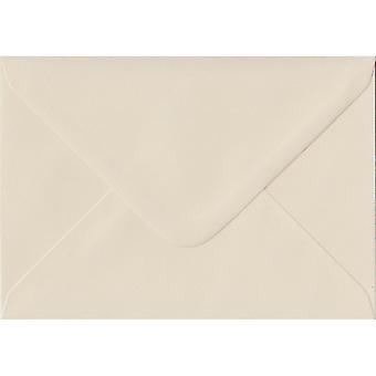Elfenben gummerat C6/A6 färgade elfenben kuvert. 100gsm FSC hållbart papper. 114 mm x 162 mm. bankir stil kuvert.