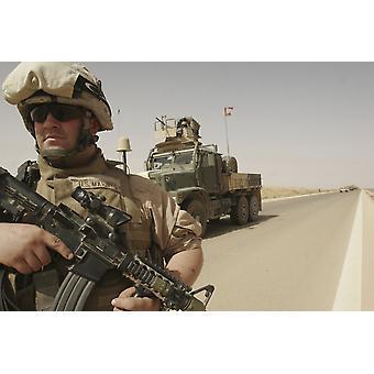 11. Juni 2007 - hält US-Marine seine Waffe bereit als er eine abgesessene Patrouille um seine sieben-Tonnen-LKW bei Stillstand Sicherheit Al Asad Irak Poster Print führt