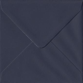 Marinblå gummerat 130mm fyrkantig färgade blå kuvert. 100gsm GF Smith Colorplan papper. 130 mm x 130 mm. bankir stil kuvert.
